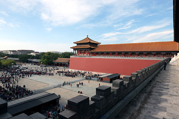 Tourists wait in line to visit the new areas open inside the Palace Museum  in Beijing, Oct 11, 2015.[Photo by Jiang Dong/asianewsphoto]