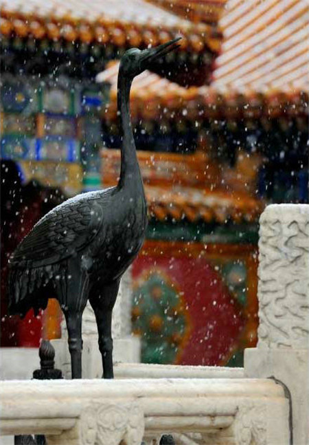 The Forbidden City, or Palace Museum is shrouded in snowfall as the capital city embraced the first snow of the coming winter on Nov 6, 2015, creating a poetic view of one of the city's landmark attractions.[Photo/official Weibo account of the Palace Museum]