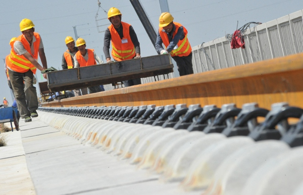 China Railway Erju Co Ltd's workers construct a railway project in Yuncheng, Shanxi province. [Photo/Xinhua]